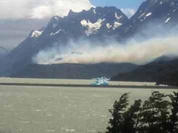 fire above Lake Grey (28dec11, photo credit : erratic rock)